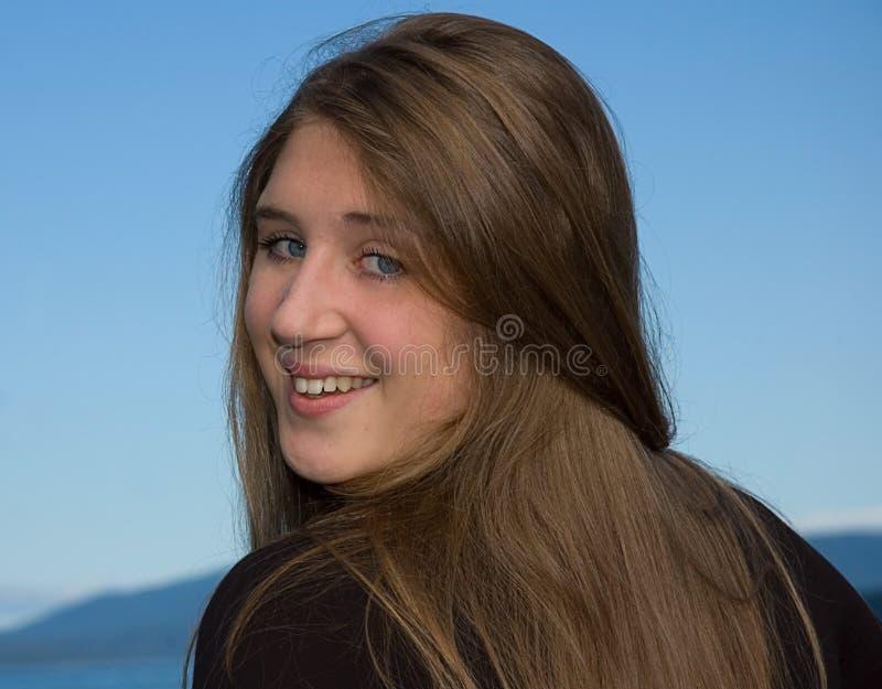 Recht jugendlich mit dem langen Brunette-Haar lizenzfreie stockbilder