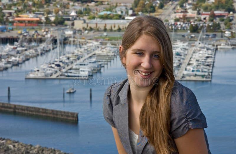 Recht jugendlich mit Jachthafen im Hintergrund lizenzfreies stockfoto