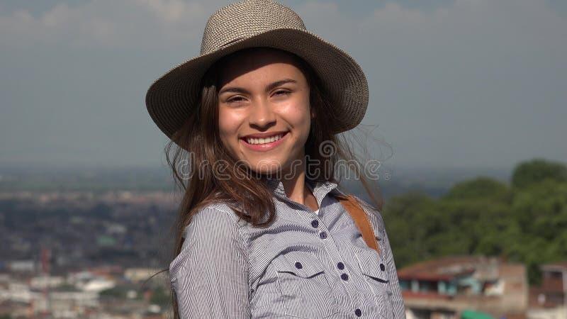 Recht jugendlich weibliches Lächeln lizenzfreies stockbild