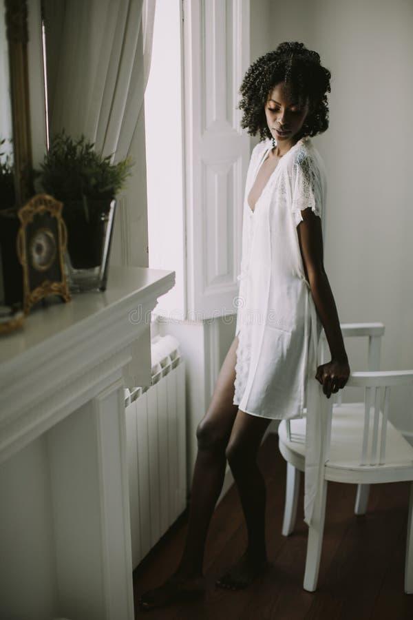 Recht junge Afroamerikanerfrau stockbilder