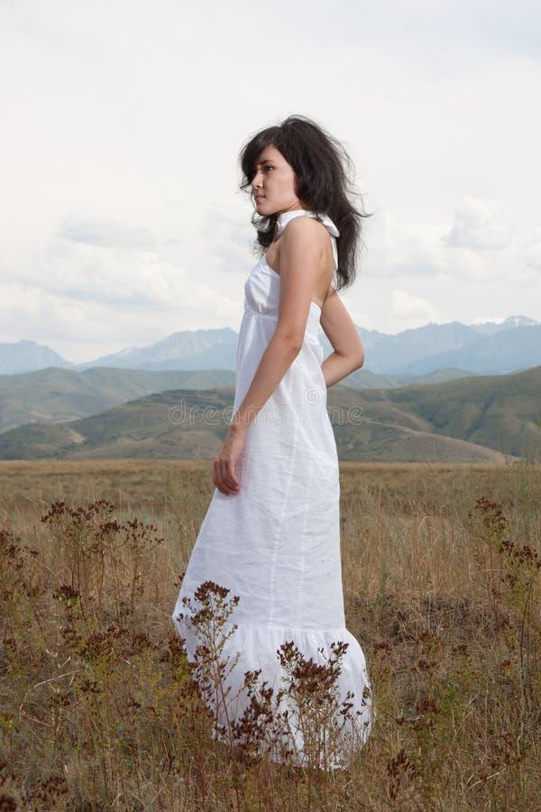 Recht Junge Dame Auf Hügeln Einer Wiese Stockfotografie