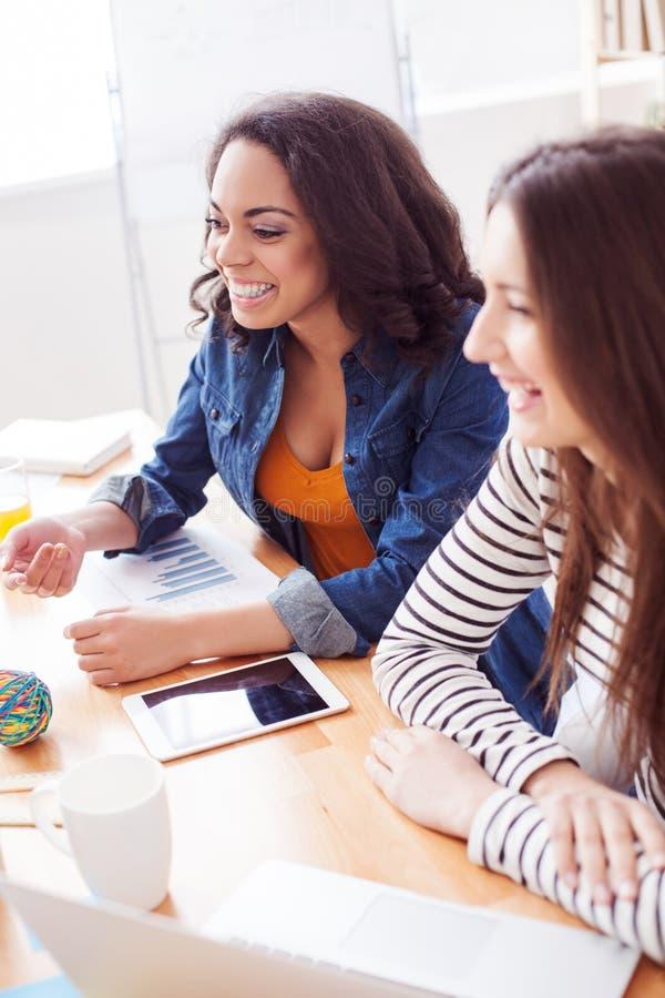 Recht junge Damen arbeiten im Team stockfoto