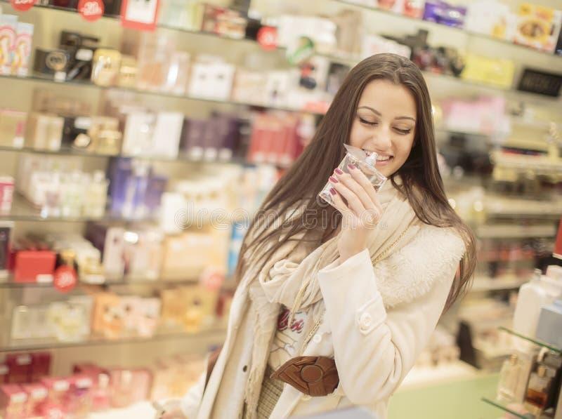 Recht junge Frau in der Parfümerie lizenzfreies stockfoto