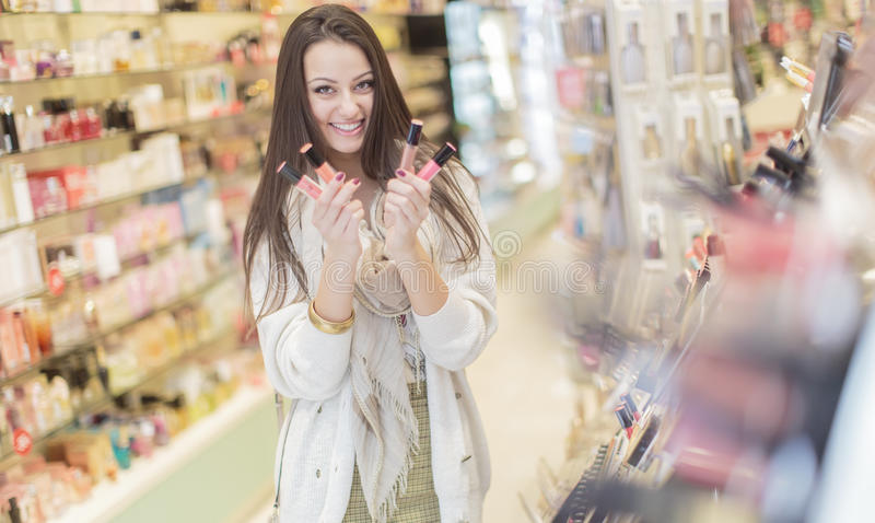 Recht junge Frau in der Parfümerie lizenzfreie stockbilder
