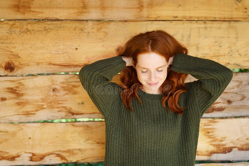 Recht junge Frau, die einen Moment für nimmt lizenzfreie stockfotografie