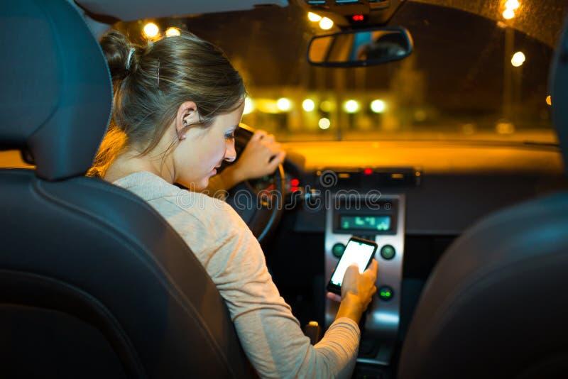 Recht junge Frau, die ihr neues Auto antreibt lizenzfreies stockbild