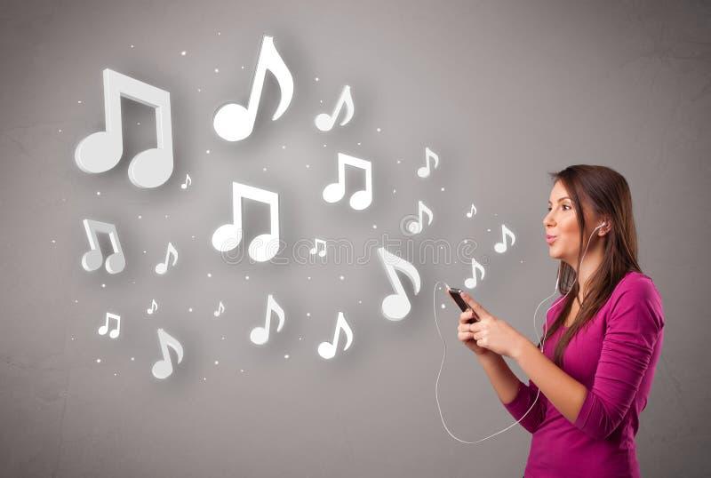 Recht junge Frau, die Musik mit musikalischem N singt und hört lizenzfreie stockfotos