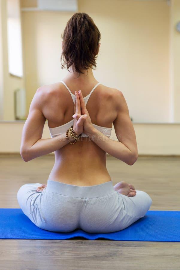Recht junge Frau, die Yogaübung tut stockbilder
