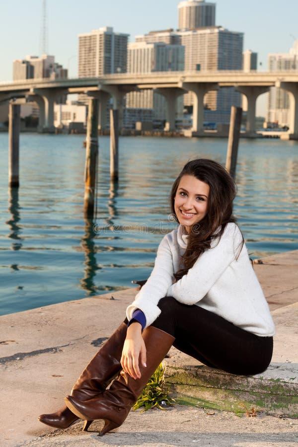 Recht junge Frau entlang dem Schacht mit Skylinen lizenzfreie stockfotos