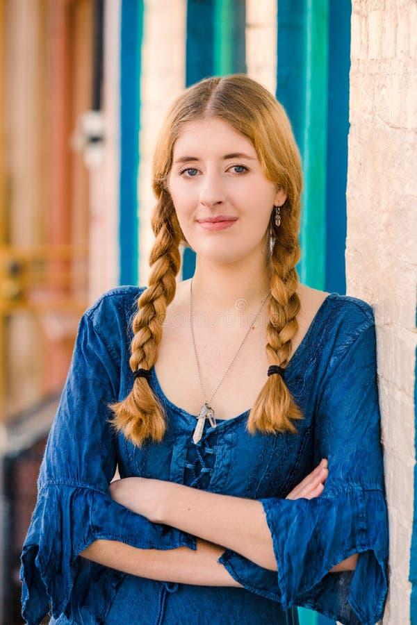 Recht junge Frau im blauen Kleid stockbild