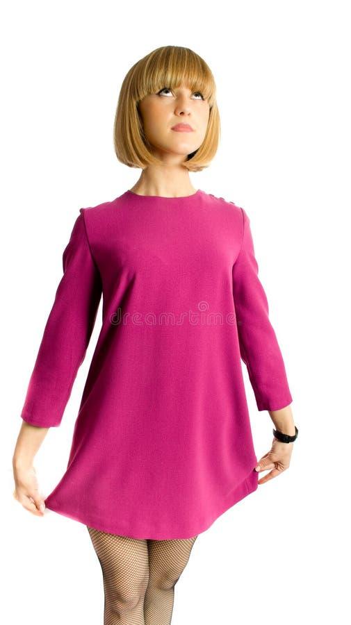 Recht junge Frau im kurzen rosafarbenen Kleid getrennt lizenzfreies stockfoto