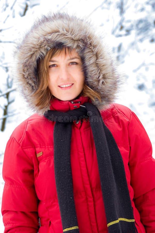 Recht junge Frau im roten Mantel lizenzfreies stockbild