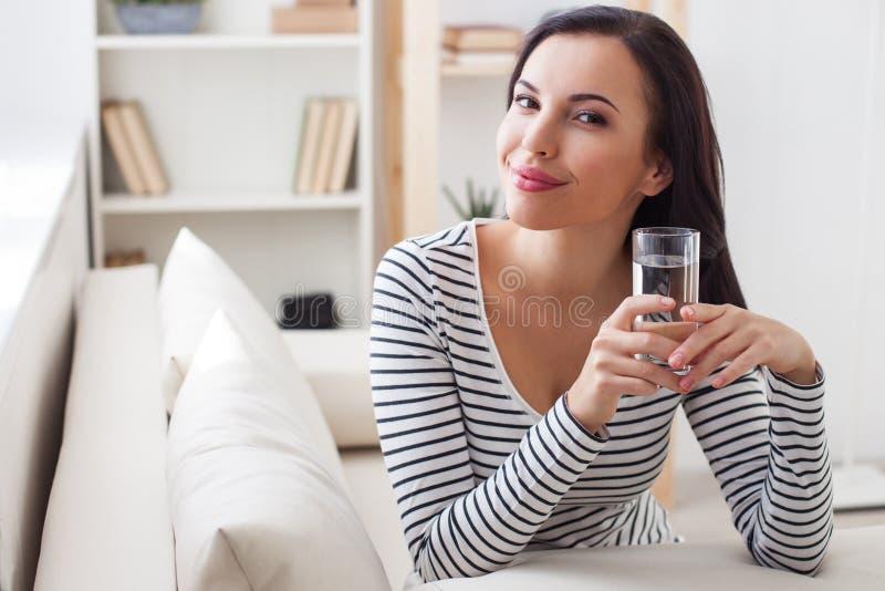 Recht junge Frau ist von ihrer Gesundheit mitfühlend lizenzfreie stockfotos