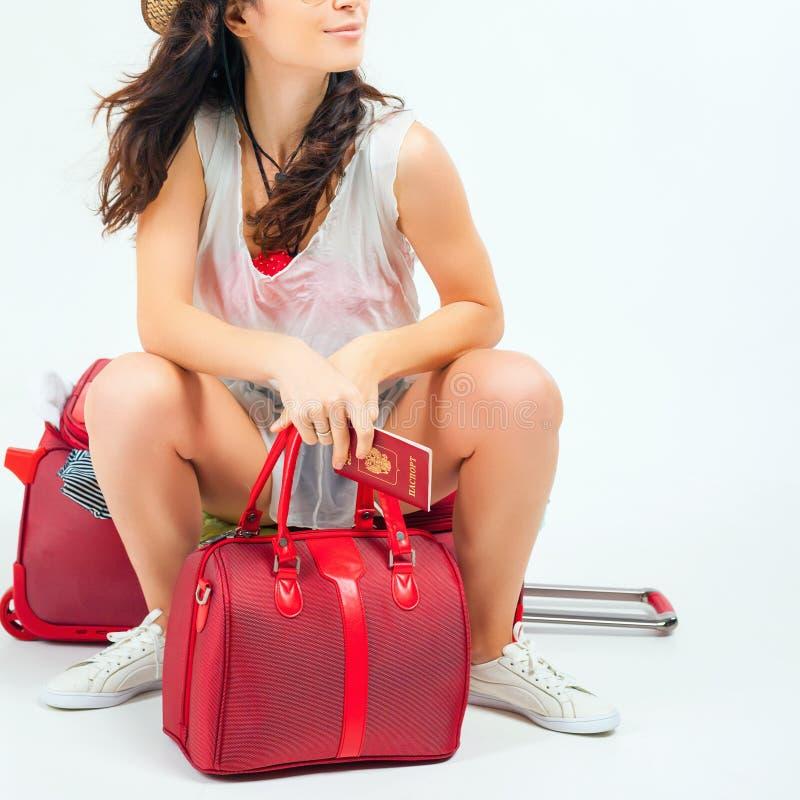 Recht junge Frau mit dem großen Gepäck, das Ihr Flugflugzeug wartet stockfoto