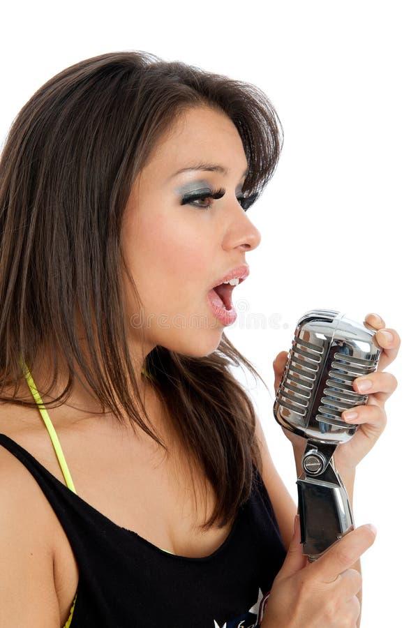 Recht junge Frau mit dem Retro- Mikrofon getrennt stockfotos