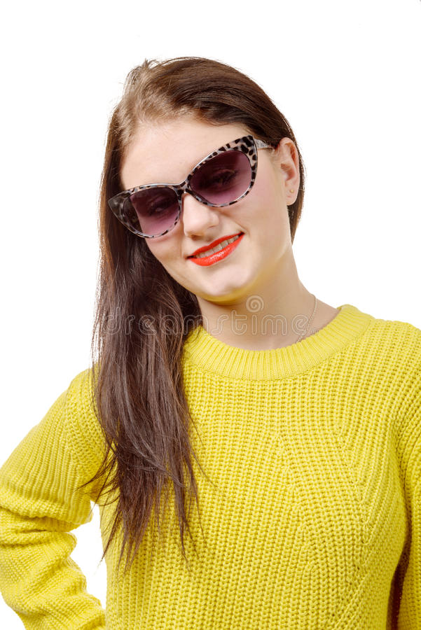 Recht junge Frau mit einer gelben Strickjacke auf weißem Hintergrund stockbilder