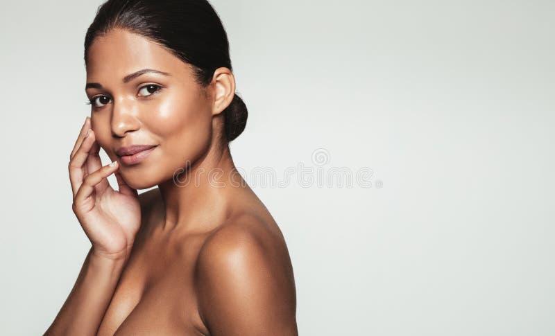 Recht junge Frau mit gesunder Haut lizenzfreie stockfotografie