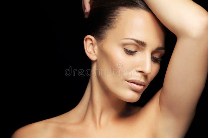 Recht junge Frau mit glühender Haut lizenzfreies stockfoto