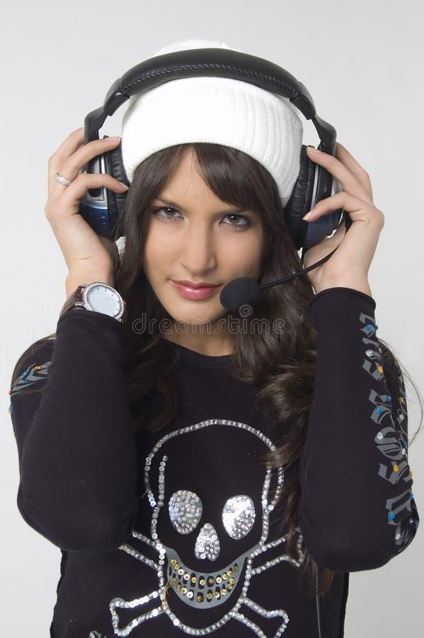 Recht junge Frau mit Kopfhörern lizenzfreies stockbild