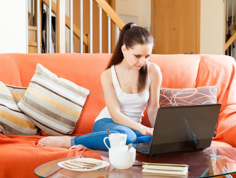 Recht junge Frau mit Laptop stockfoto