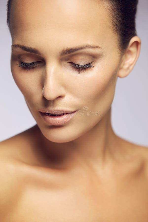 Recht junge Frau mit perfekter Haut lizenzfreie stockfotos