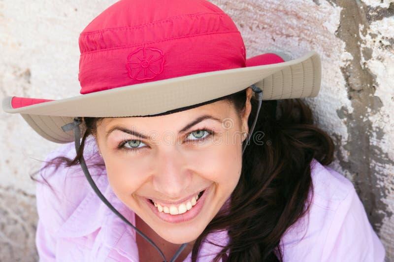 Recht junge Frau mit rosafarbenem Hut lizenzfreie stockbilder
