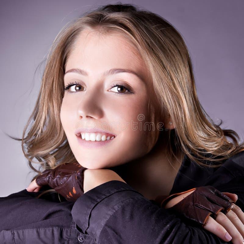 Recht junge Frau mit schöner Frisur stockfotografie