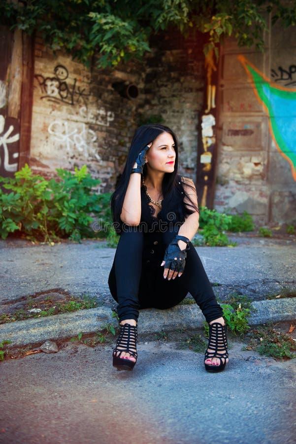 Recht junge Frau nahe Graffitiwand lizenzfreie stockfotos