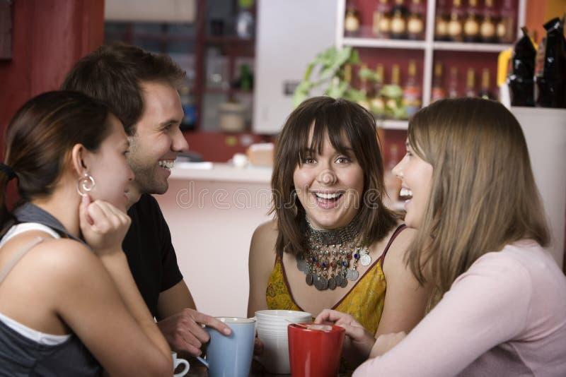 Recht junge Frau umgeben von Friends stockbilder
