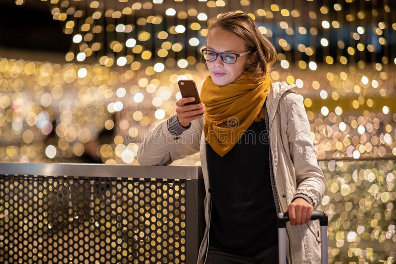 Recht junge Frau unter Verwendung ihres Smartphone in einer shippong Mitte, Einkaufszentrum stockbilder