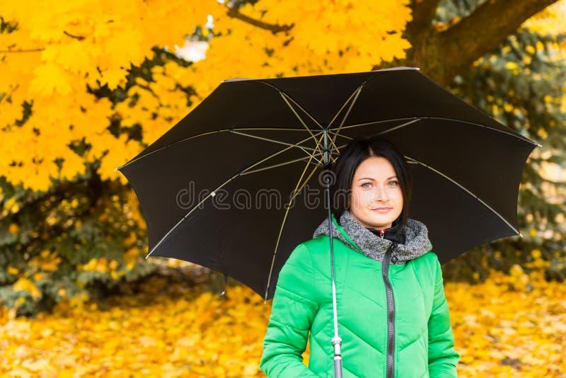 Recht junge Frau, welche die Herbstfarben genießt lizenzfreies stockbild
