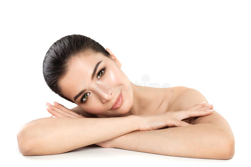Recht junge Frauen-Badekurort-Modell Lächelnde Frau, die auf Weiß sich entspannt lizenzfreie stockfotografie