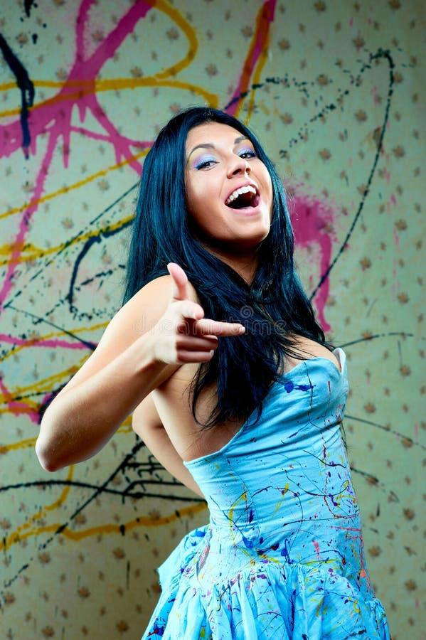 Recht junge Frauen im blauen Kleid stockbild