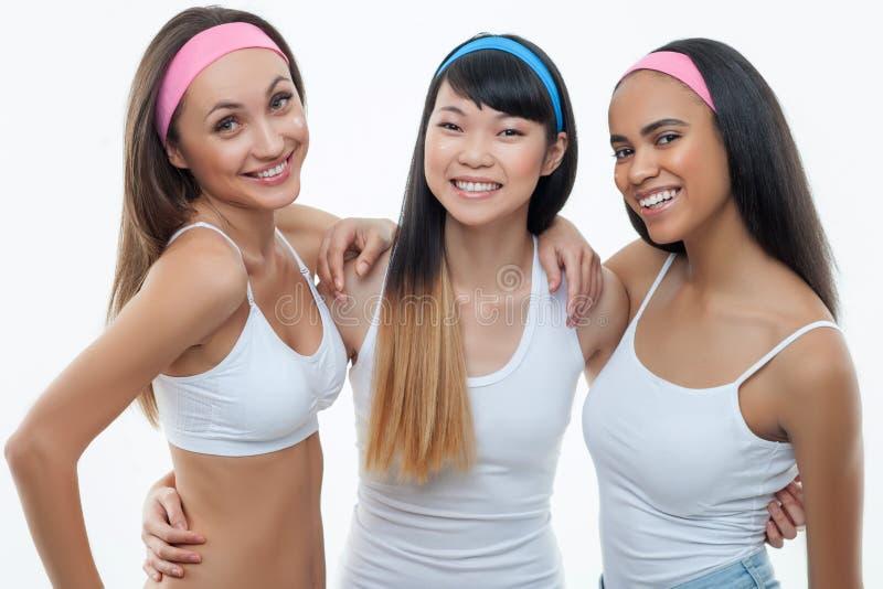 Recht junge Frauen sind auf ihrer Haut mitfühlend lizenzfreie stockbilder
