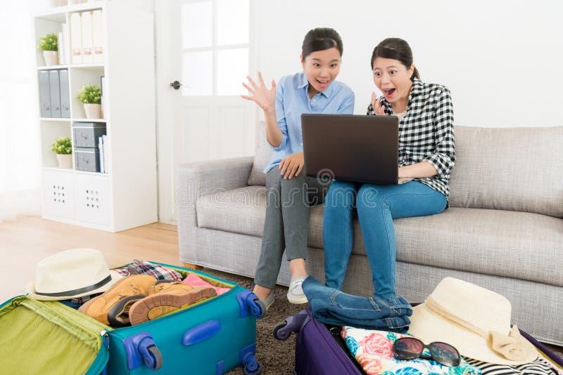 Recht junge Freundinnen, die Computer betrachten stockbilder