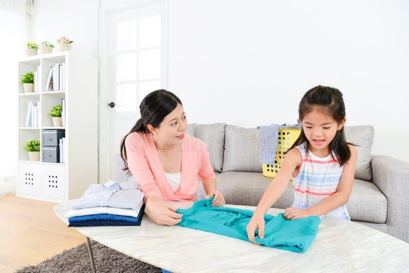 Recht junge Hausfrau, die Haushaltungsarbeit erledigt lizenzfreie stockbilder