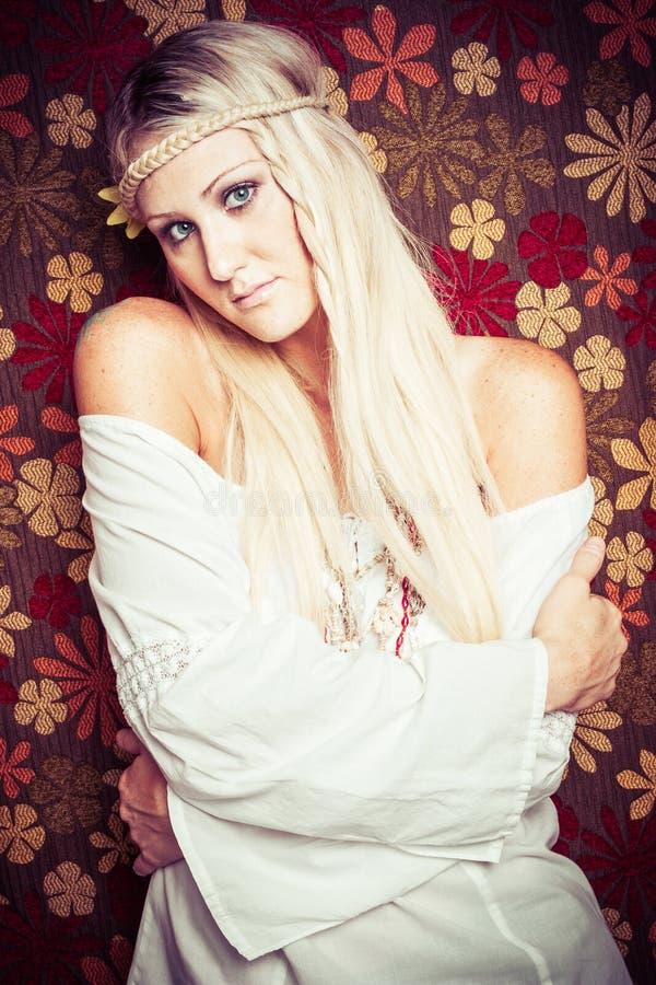Recht junge Hippie-Frau lizenzfreies stockfoto