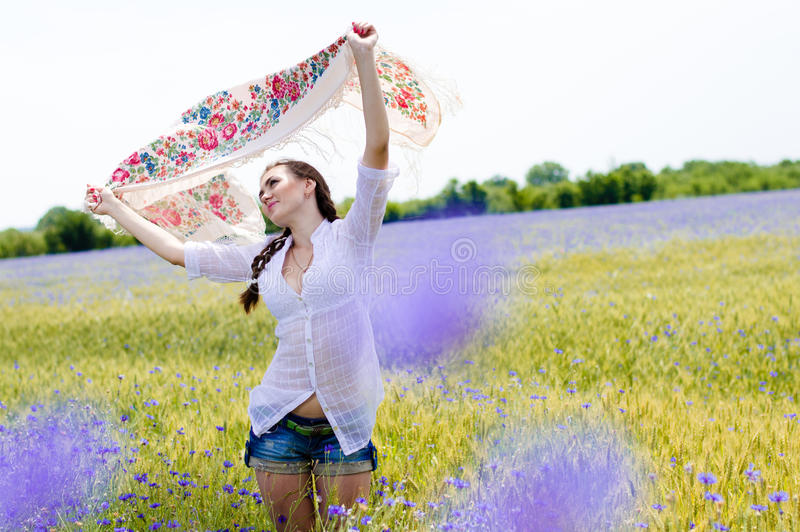 Recht junge lächelnde Frau auf dem gelben Weizengebiet lizenzfreie stockfotografie