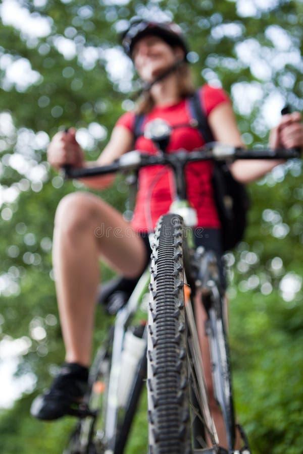 Recht junge weibliche Radfahrer outddors lizenzfreies stockfoto