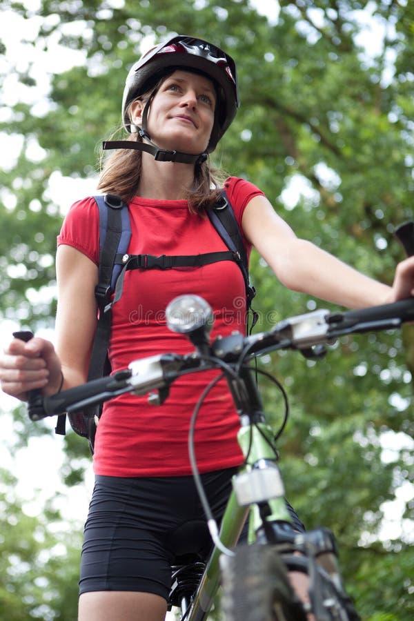 Recht junge weibliche Radfahrer outddors lizenzfreies stockbild