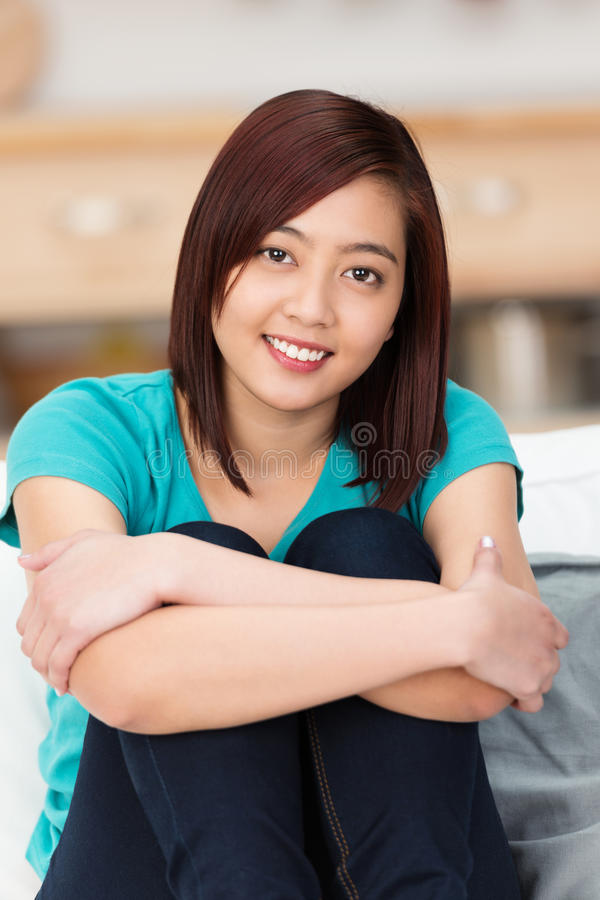 Recht junger asiatischer Student mit einem aufrichtigen Lächeln lizenzfreie stockfotografie