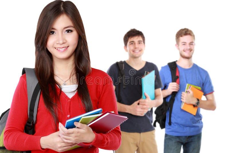 Recht junger Student, der Rucksack verwendet lizenzfreies stockfoto