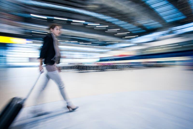 Recht junger weiblicher Fluggast am Flughafen lizenzfreie stockfotos