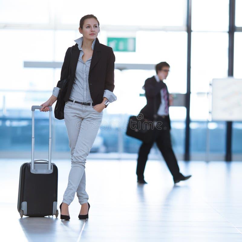 Recht junger weiblicher Fluggast am Flughafen stockbild