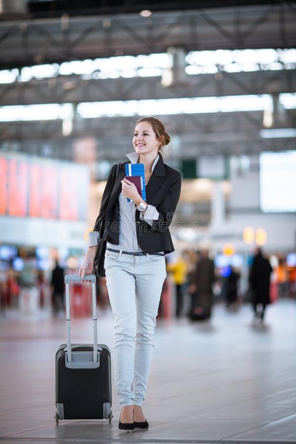Recht junger weiblicher Fluggast am Flughafen stockfotografie