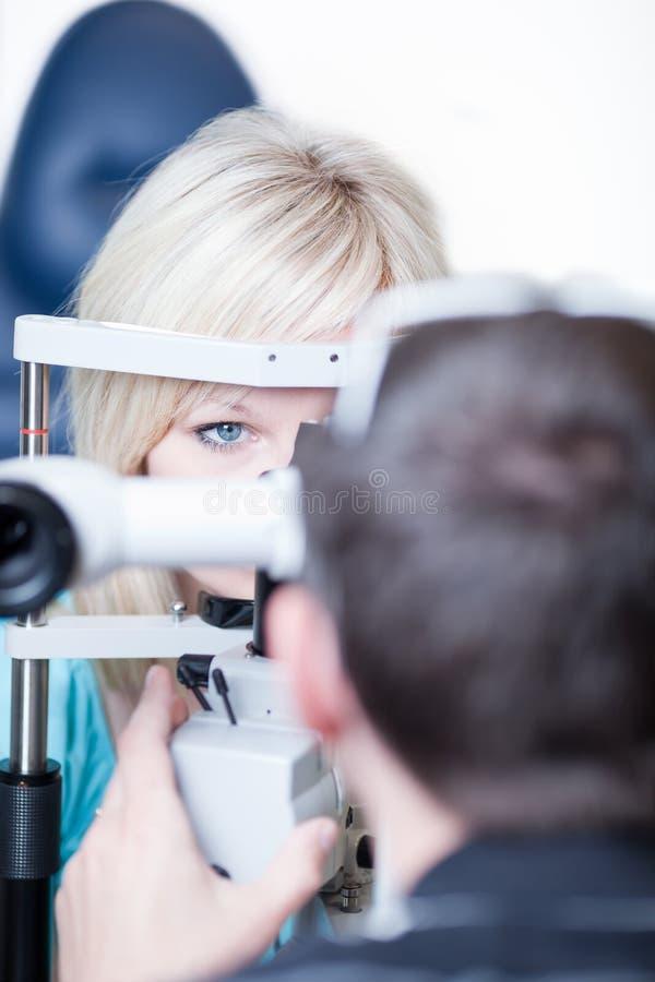 Recht junger weiblicher Patient lizenzfreie stockfotografie
