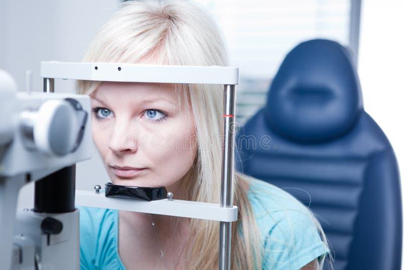 Recht junger weiblicher Patient lizenzfreie stockbilder
