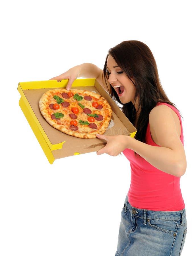Recht junges beiläufiges Mädchen mit geschmackvoller Pizza lizenzfreie stockfotos