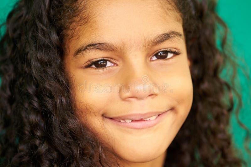 Recht junges Latina-Mädchen-nettes hispanisches weibliches Kinderlächeln lizenzfreie stockfotos