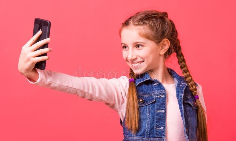 Recht junges Mädchen, das selfie macht lizenzfreies stockfoto